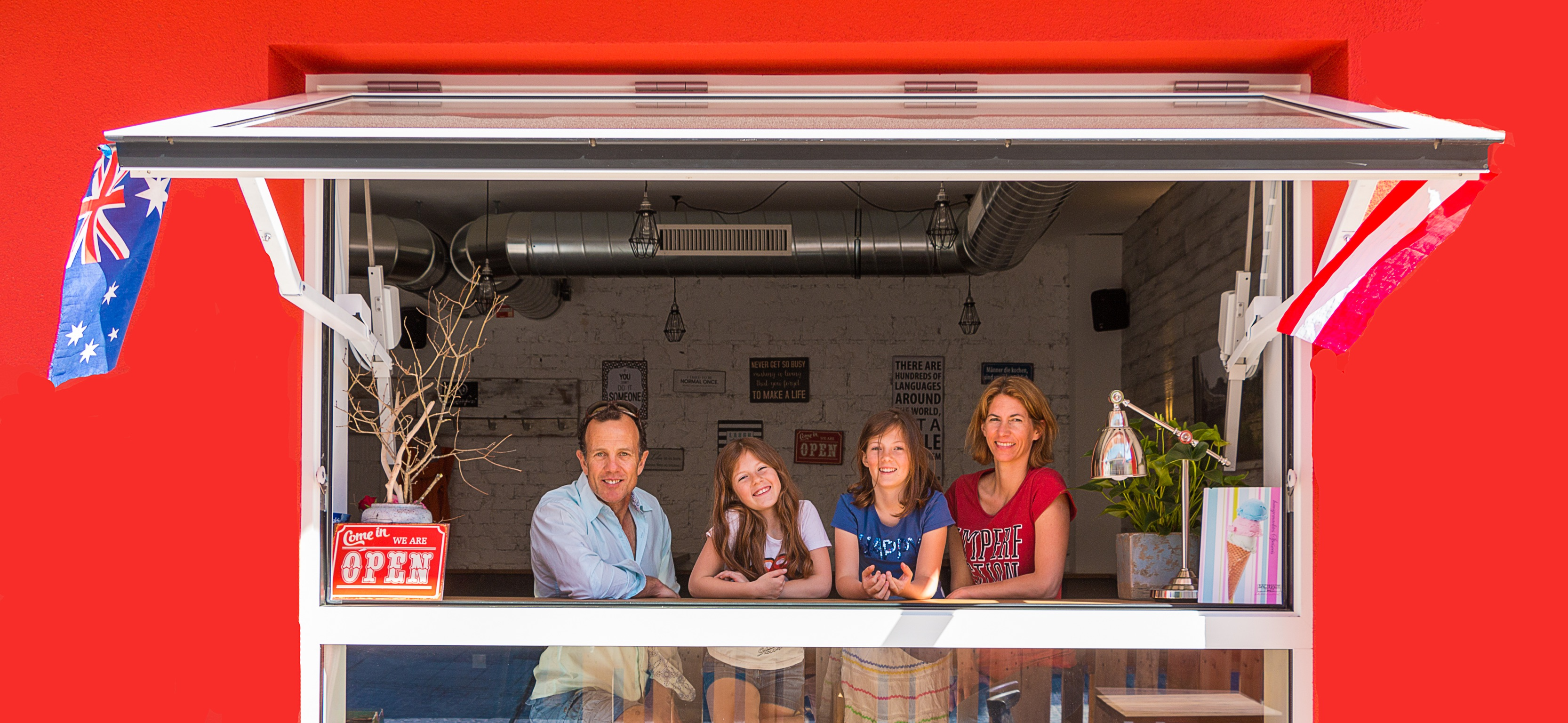 Family in the Window – Fleischerei